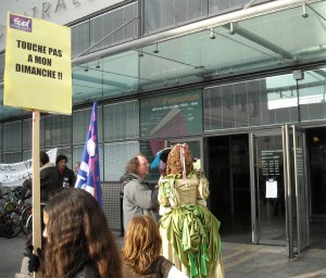 Les deux acteurs de la CIA devant l'entrée de la médiathèque centrale le 18 janvier (photo : Mj)