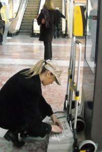 Une des sept personnes en charge de la distribution en gare de Montpellier (photo : Mj)