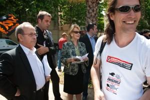 Des syndicalistes de la CNT interpellent Serge Fleurence, Michael Delafosse et Hélène Mandroux, élus montpelliérains dans la manifestation du 27 mai 2010, sur l'absence de local (photo : Xavier Malafosse)