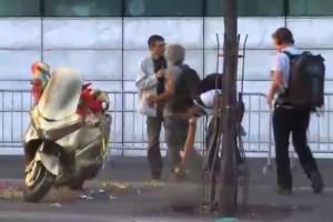 Le scooter de David Pujadas repeint en doré (Photo : copie d'écran du film Fin de concession)