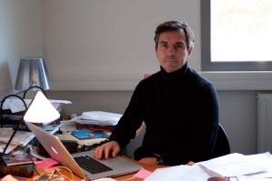 Emmanuel Négrier dans son bureau de l'université Montpellier I le 10 novembre 2010 (Photo : J.-O. T.)