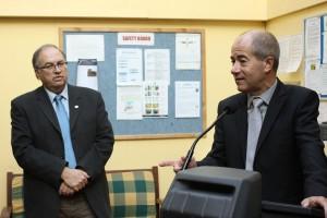 Ouzi Kouris, directeur général d'Agrexco France et Christian Bourquin, président de la région Languedoc-Roussillon le 18 janvier 2011 sur un bateau d'Agrexco à Sète (photo : J.-O. T.)