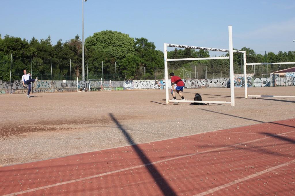 Des habitants jouent au foot sur le stade du père Prévost, le 26 avril 2011(photo : J.-O. T.)
