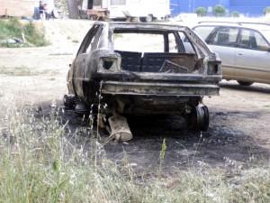 La voiture incendiée vendredi 10 juin 2011 au camp de Rom près du château de la Mogère à Montpellier (photo : DR)