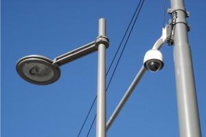 Caméra de vidéosurveillance (à droite) à Montpellier (photo : J.-O. T.)