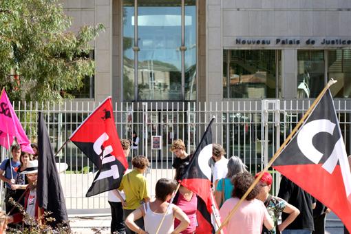 Rassemblement de soutien à Giorgos, militant CNT poursuivi pour refus de prélèvement ADN, le 22 septembre 2011 devant le palais de justice de Montpellier lors de l'audience de première instance (photo : J.-O. T.)