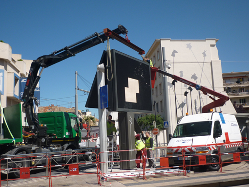 Démontage du panneau publicitaire numérique de JCDecaux au Corum à Montpellier (photo : J.-O. T.)