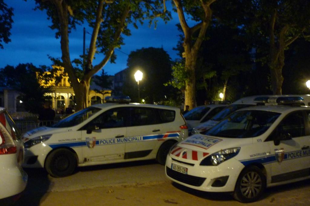 Les voitures de la police municipales de Montpellier garées au pied du grimpeur de l'Esplanade (photo : J.-O. T)