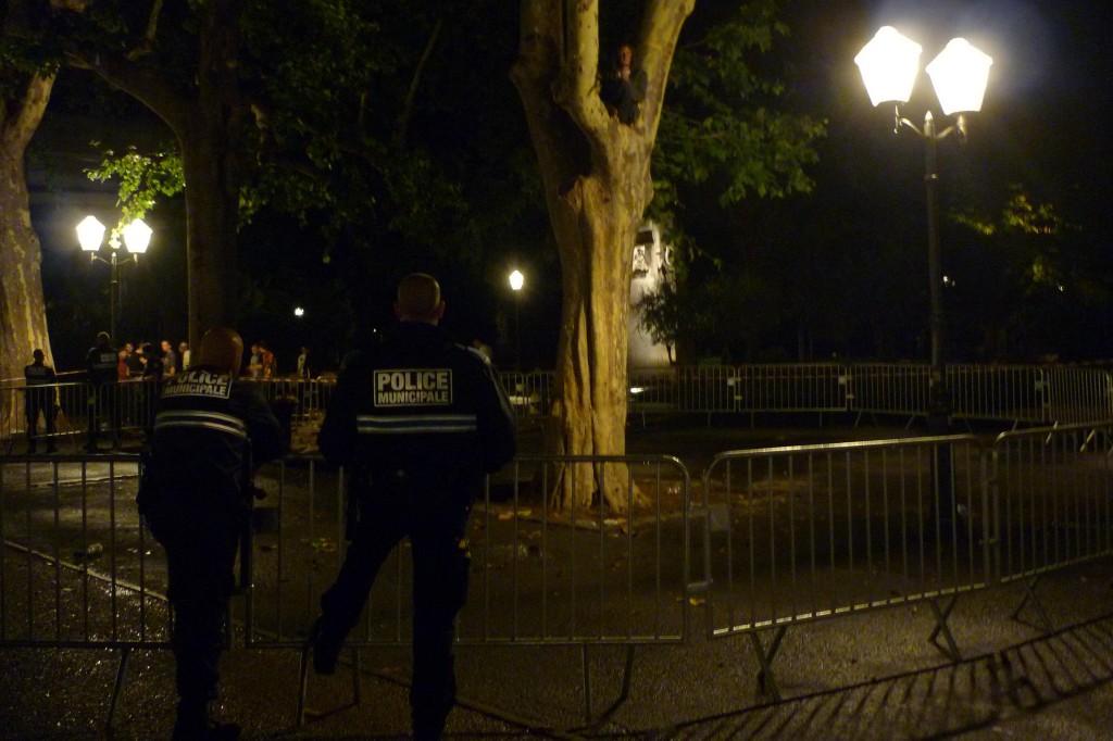 A minuit, un grimpeur est toujours dans un arbre de l'esplanade de Montpellier sous les yeux d'une quinzaine de policiers (photo : J.-O. T.)
