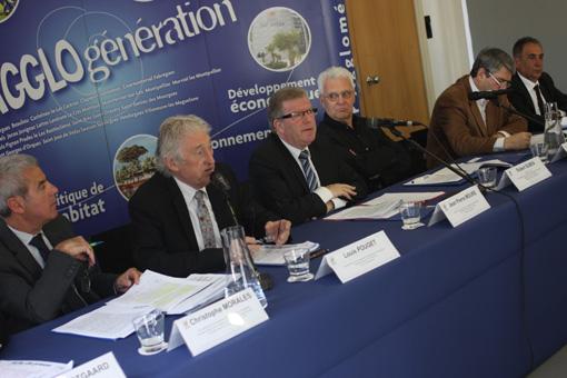 Jean-Pierre Moure entouré par ses vice-présidents et Christian Fina (à droite) (photo : J.-O. T.)