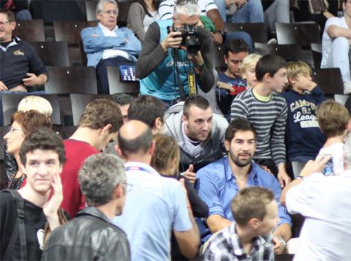 Nikola Karabatic le 25 octobre 2012 à l'Arena de Montpellier en train de se faire photographier par des fans (photo : J.-O. T.)