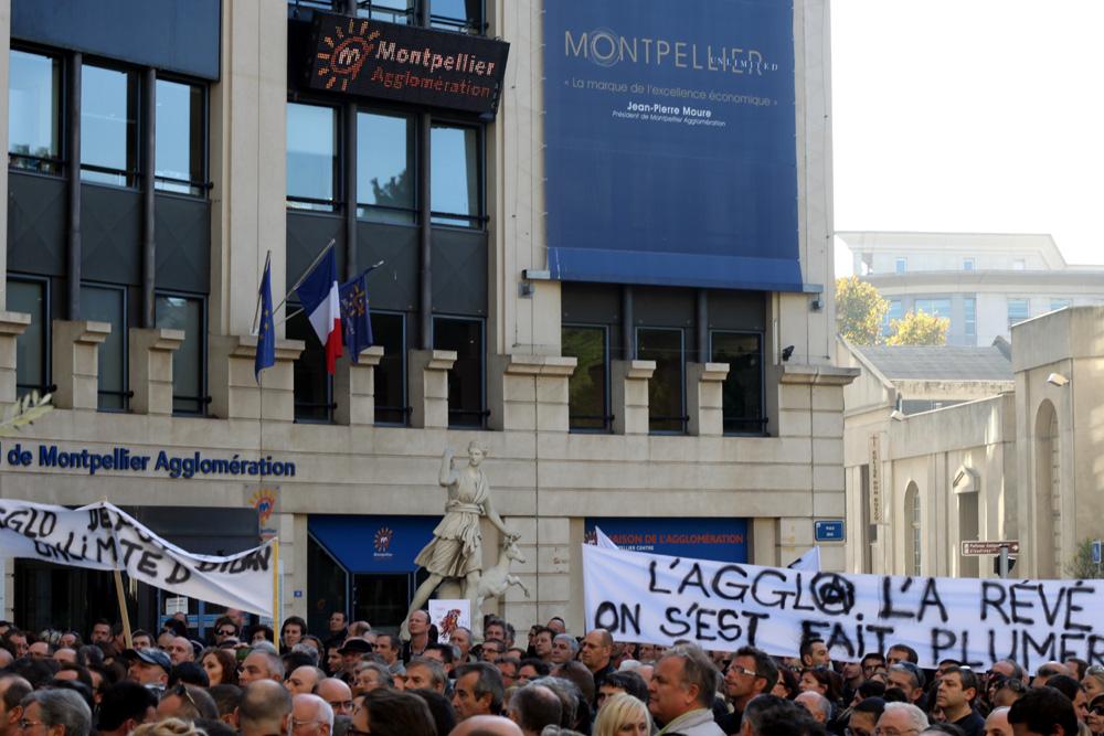 Manifestation de commerçants, artisans et professions libérales le 15 novembre 2011 devant l'hôtel d'agglo de Montpellier contre la hausse de la CFE (photo : J.-O. T.)