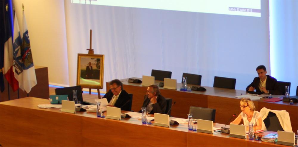 Michel Passet (PC) au centre plaisante avec Max Levita, président du groupe PS, en conseil municipal le 23 juillet 2012 (photo : J.-O. T.)