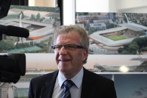 Jean-Pierre Moure, président de l'agglomération de Montpellier devant les images du stade de la Mosson rénové (photo : J.-O. T.)