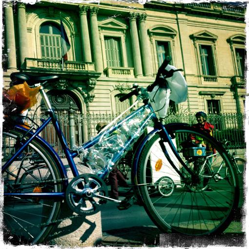 """Le vélo offert au préfet Pierre de Bousquet de Florian par des """"cyclistes urbains"""" le 21 février 2013 (photo : Xavier Malafosse)"""
