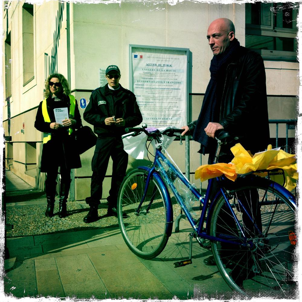 """Jacqueline Markovic, un policier, le vélo offert au préfet Pierre de Bousquet de Florian par des """"cyclistes urbains"""", et François Baraize, le 21 février 2013 (photo : Xavier Malafosse)"""