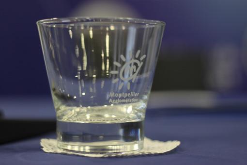 La concertation sur l'eau lancée par l'agglo de Montpellier est aussi vide que ce verre selon les militants pro-régie (photo : J.-O. T.)