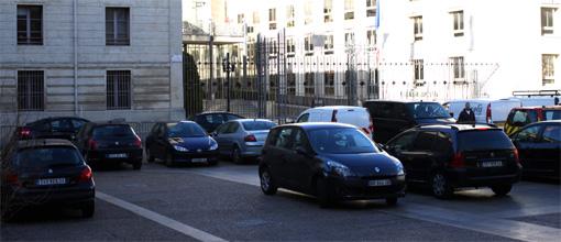 Des voitures garées sur la place du marché aux fleurs devant la préfecture de l'Hérault le 22 janvier 2013 (photo : J.-O. T.)