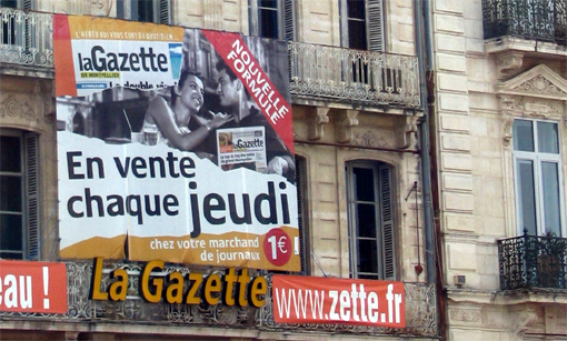 Publicit gante sur la faade de l'immeuble de La Gazette de Montpellier, place de la Comdie le 10 avril 2007 (photo : J.-O. T.)