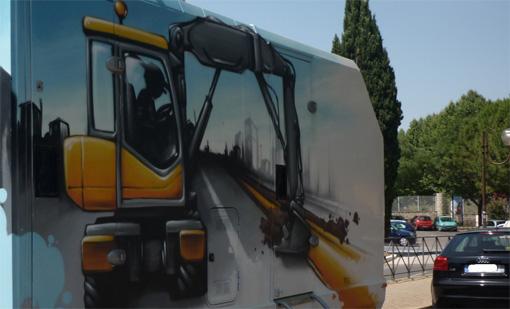 Un dessin de pelleteuse sur une caravanne de chantier dans les rues de Montpellier (photo : J.-O. T.)