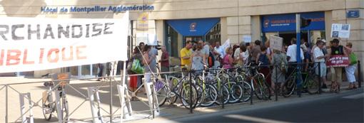 """Manifestation le 25 juillet 2013 devant l'hôtel d'agglomération de Montpellier. Sur la banderole à gauche : """"L'eau n'est pas une marchandise. Retour en régie publique."""" (photo : J.-O. T.)"""