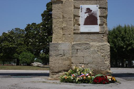Après le dépôt de gerbes au pied de la photo de Jean Moulin à Montpellier au Peyrou le 8 juillet 2013 (photo : J.-O. T.)