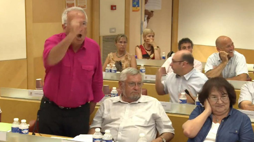 René Revol, maire PG de Grabels, s'insurge contre des propos de Louis Pouget (PS) en conseil d'agglomération de Montpellier le 25 juillet 2013 (photo extraite de la vidéo de l'agglomération de Montpellier)