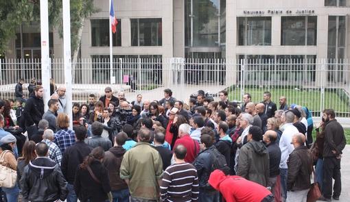 Rassemblement devant le palais de justice de Montpellier le 25 octobre 2013 en soutien à des prévenus pour outrage, rébellion et violence suite à une expulsion au Petit-Bard (photo : J.-O. T.)