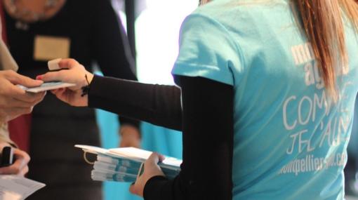 Vendredi 8 novembre 2013, distribution du programme du forum Libération de Montpellier par une jeune fille avec tee-shirt Montpellier agglomération (photo : J.-O. T.)