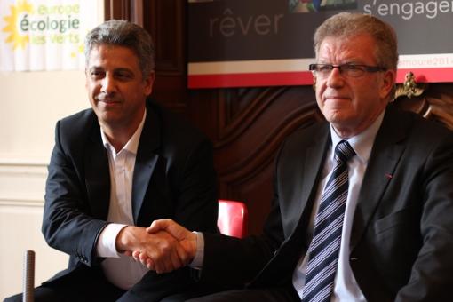 Mustapha Majdoul (EELV) et Jean-Pierre Moure (PS) le 17 décembre 2013 lors de l'officialisation de leur accord pour les municipales 2014 (photo : J.-O. T.)
