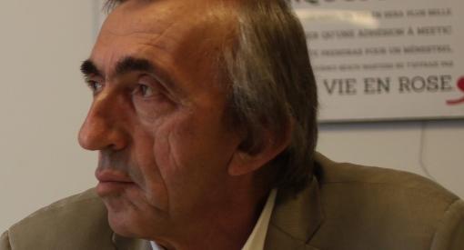 """Michel Passet, secrétaire fédéral du PCF, qui regarde vers la droite du Parti communiste verrait-il """"la vie en rose"""" ? (photo réalisée sans trucages : J.-O. T.)"""