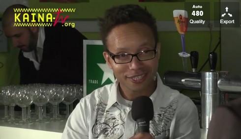 Au début de l'émission le ou la candidat(e) se retrouve au comptoir d'une brasserie avec le présentateur de Kaïna-tv (copie d'écran)