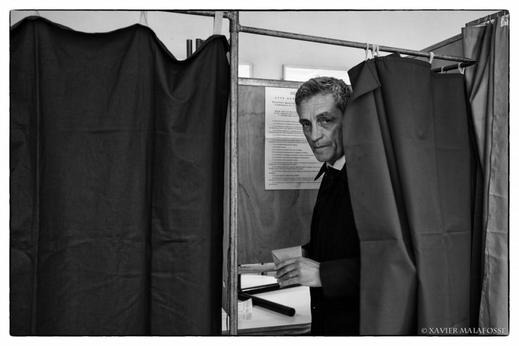 Philippe Saurel dans son bureau de vote le 30 mars 2014 (photo : Xavier Malafosse)