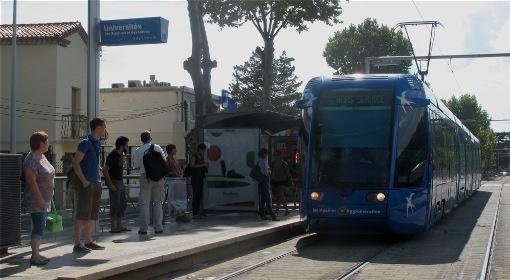 Une rame de ligne 1 du tramway de Montpellier à l'arrêt Universités des sciences et lettres,le 9 septembre 2014 (photo : Lucie Lecherbonnier)