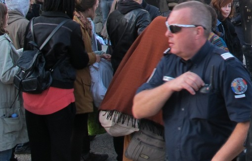 Le policier qui semble en charge du commandement (photo : Lucie Lecherbonnier)