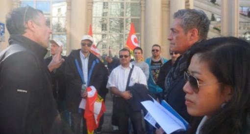 Philippe Saurel en discussion avec des militants CGT Tam quelques jours avant le premier tour des élections municipales à Montpellier (photo : CGT Tam)