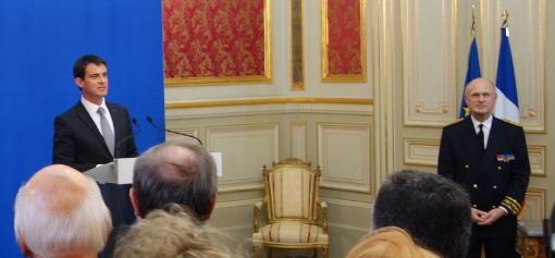"""Le premier ministre Manuel Valls et le préfet Pierre Bousquet de Florian le 22 décembre 2014 dans le """"Salon d'honneur"""" de la préfecture de l'Hérault (photo : J.-O. T.)"""