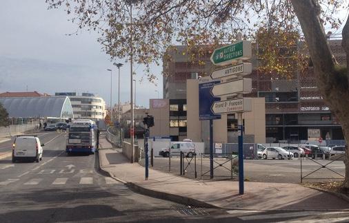 La rue du Grand Saint-Jean sera bordée de plusieurs immeubles de cinq à six étages. La tour prendra place devant le parking aérien, en bordure de la ligne de tramway numéro 2 (photo : Lucie Lecherbonnier)