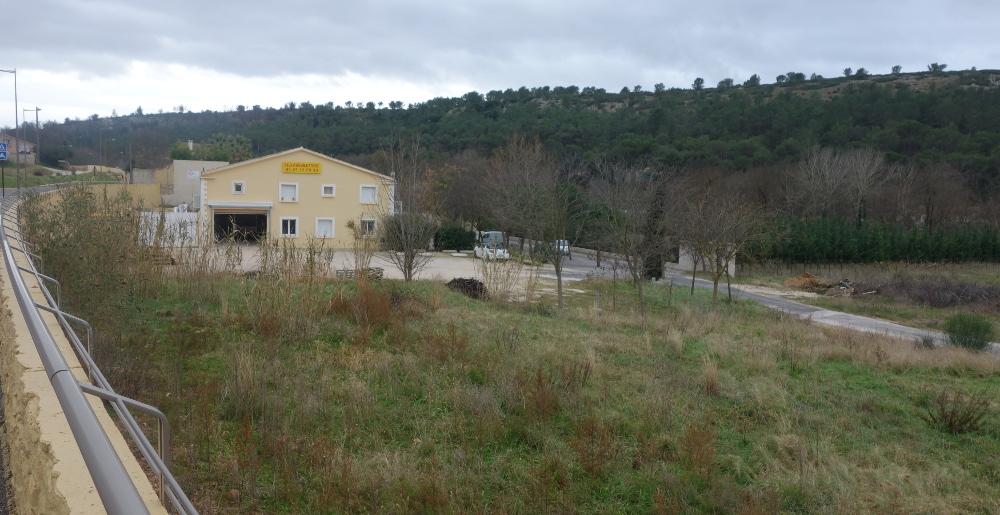 Le bâtiment existant au fond, au premier plan la parcelle rendue constructible et sur le bord gauche la rue du château le 29 janvier 2015 (photo J.-O. T.)