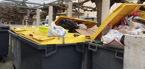 Des bas jaunes censés contenir des déchets triés à Montpellier (photo : Lucie Lecherbonnier)