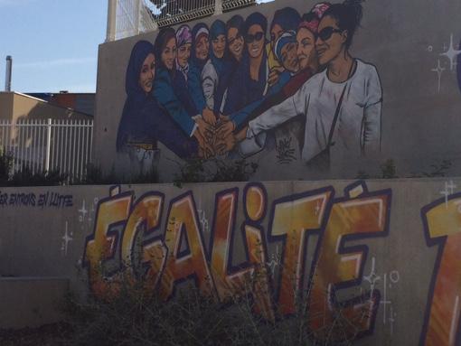 """Dans le petit square du groupe scolaire du Petit Bard, ce graff réalisé par des artistes parisiens, """"grave dans la pierre"""" selon Nacera, le combat des parents d'élève pour plus de mixité (photo : Lucie Lecherbonnier)"""